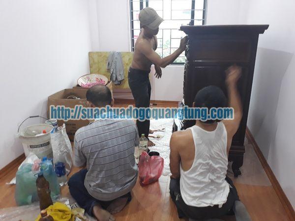 Thợ mộc đánh vecni tủ gỗ tại Hà Nội