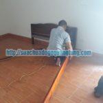 thợ mộc sửa chữa giường gỗ