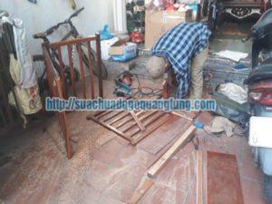 thợ mộc sửa chữa cau thang gỗ