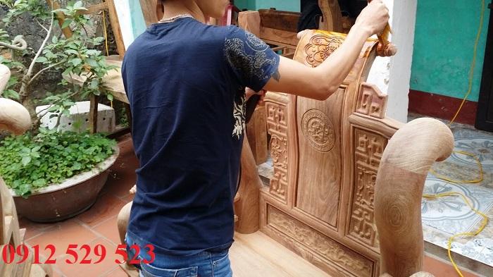 Thợ mộc đánh vecni bàn ghế tại nhà