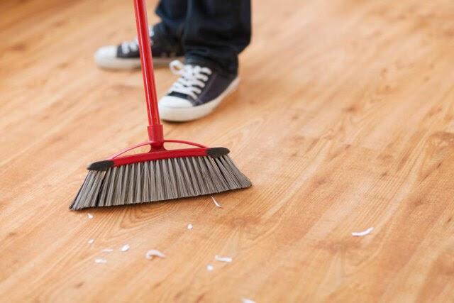 làm sạch sàn gỗ